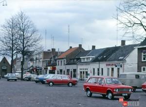 mijn oude volkswagenbus (rechts op de foto) geparkeerd op de Woenselse markt in Eindhoven, met Dank aan Eindhoven in Beeld