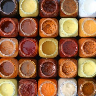 sauzen in een frietkot