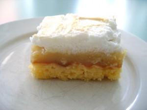 appelmoes en eiwitschuim als lagen op een cake plakje