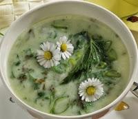gemengde groene ruiden soep met wegbree