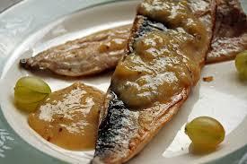 gebakken makreel met kruisbesgelei