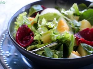 gemengde salade met biet en komkommer